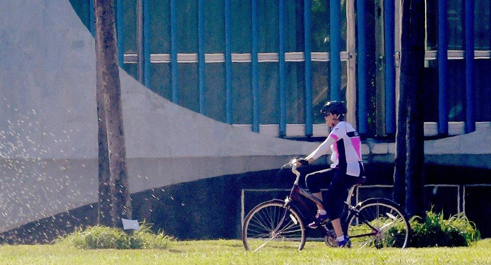 Ex-presidente do Brasil Dilma Rousseff anda de bicicleta perto do Palácio da Alvorada, Brasília, Brasil, 3 de setembro de 2016