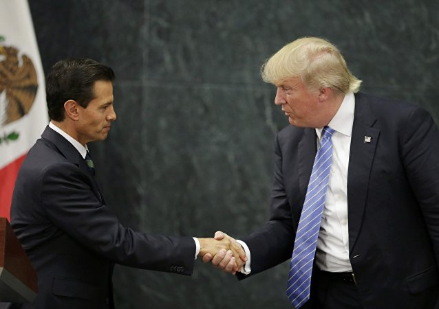 Presidente do México aperta mão do candidato republicano à Presidência dos EUA Donald Trump