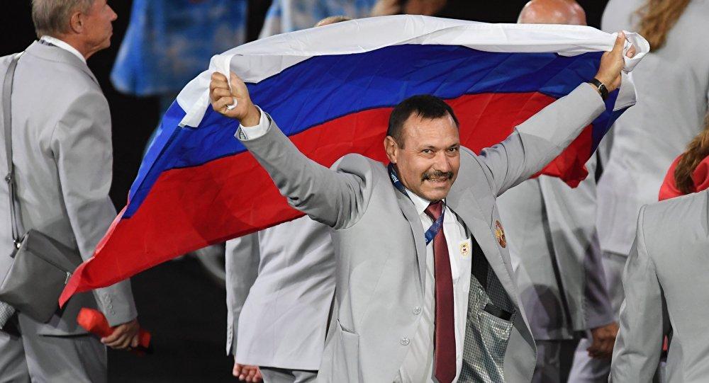 Representante da equipe paralímpica da Bielorrússia com bandeira russa na cerimônia dos Jogos Paralímpicos Rio 2016, 8 de setembro de 2016