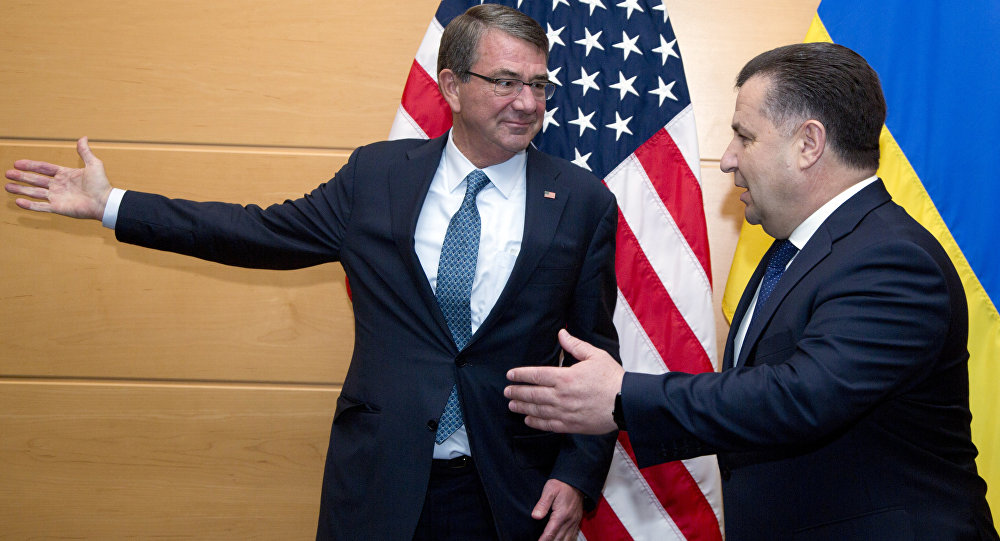 Secretário da Defesa dos EUA Ashton Carter e o Ministro da Defesa da Ucrânia Stepan Poltorak