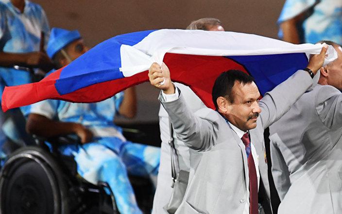 Andrei Fomochkin, da delegação bielorrussa nos Jogos Paralímpicos do Rio de Janeiro, desfila com a bandeira russa em 7 de setembro de 2016