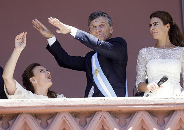 De esquerda para direita: a vice-presidente da Argentina, Gabriela Michetti, o presidente argentino, Mauricio Macri, e a mulher dele, Juliana Awada, em 10 de dezembro de 2015, dia da sua posse