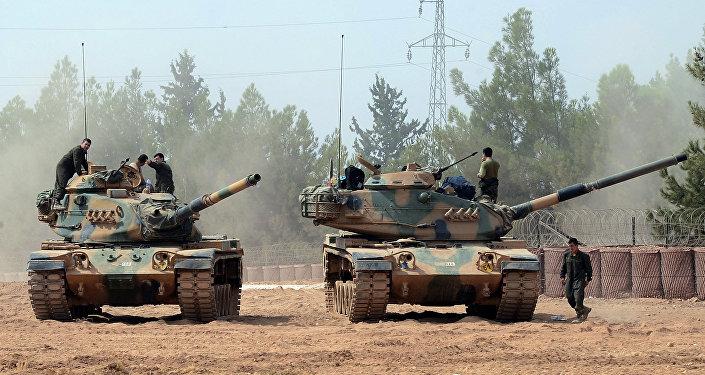 Tanques da Turquia realizando operação junto à fronteira com a Síria
