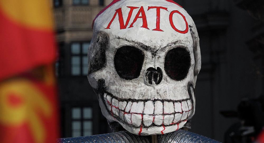 Máscara usada pelos manifestantes durante o protesto na capital estoniana Tallinn