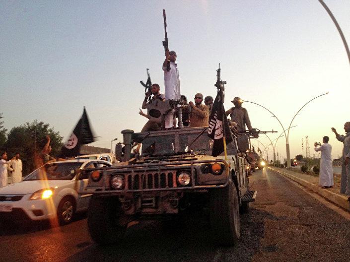 Militantes do Daesh em um veículo das forças de segurança do Iraque (Mossul, junho de 2014)