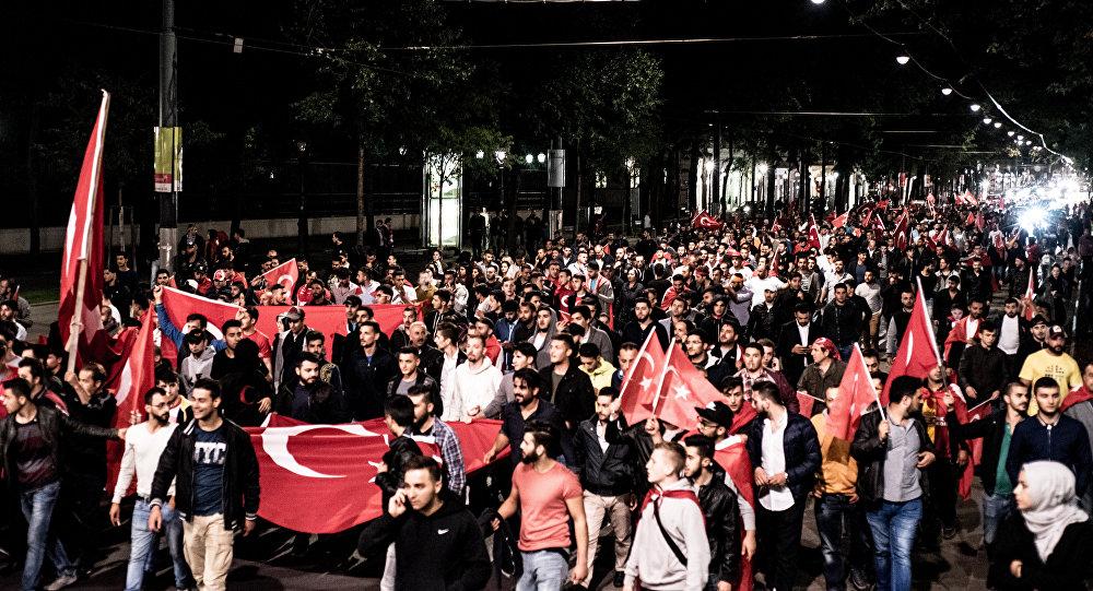 Simpatizantes ao regime de Recep Tayyip Erdogan durante manifestação em Viena, por ocasião da tentativa de golpe na Turquia