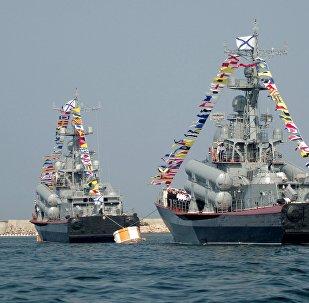 Navios da Frota do mar Negro durante o ensaio para a parada militar em homenagem ao Dia da Marinha russa, Sevastopol, Rússia, junho de 2016 (foto de arquivo)