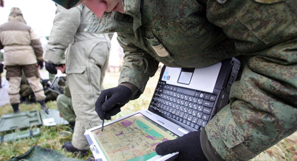 Soldado russo usando computador
