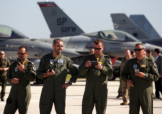 Militares italianos na abertura de exercícios militares de larga escala da OTAN, base aérea de Trapani, Sicília