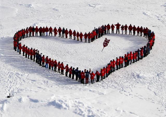 Turistas mostram todo seu amor pelo Ártico russo