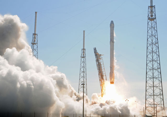 Lançamento do foguete Falcon 9 a partir do cabo do Cabo Carnaveral
