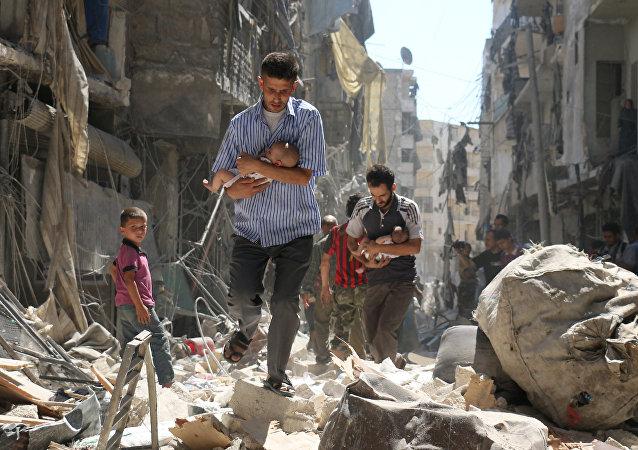Homens com crianças fogem dos bombardeios em Aleppo, 11 de setembro de 2016