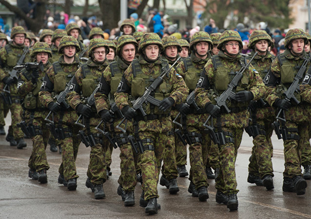 Soldados estonianos durante a parada militar em Narva, Estônia, fevereiro de 2015