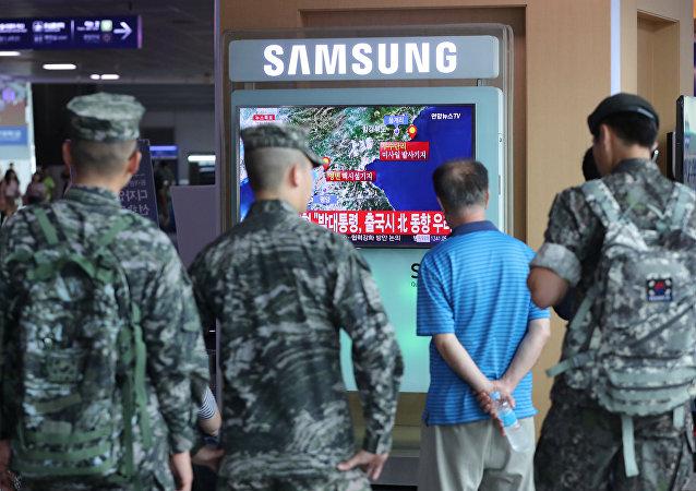 Soldados sul-coreanos assistem notícias sobre o teste nuclear da vizinha do norte em 9 de setembro de 2016