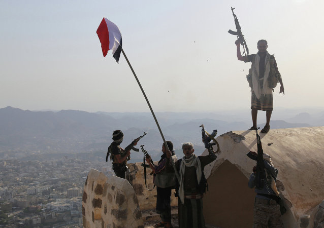 Combatentes leais ao presidente Hadi na montanha mais alta de Taez (agosto de 2015)