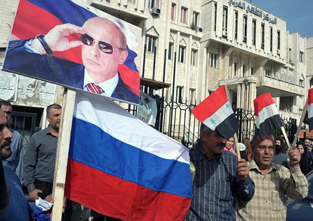 Residentes de Latakia participam da manifestação para agradecer a Rússia pela ajuda na luta contra terroristas, Síria, novembro de 2015