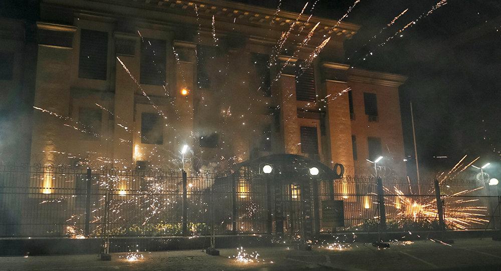 Fogos de artifício se explodem perto da embaixada da Rússia em Kiev, 17 de setembro de 2016