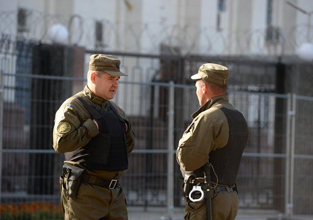 Funcionários do serviço de seguraça perto da embaixada russa em Kiev (imagem de arquivo)