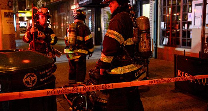 Bombeiros de Nova York perto do local da explosão em Chelsea, Manhattan