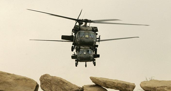 Dois helicópteros militares norte-americanos Black Hawk decolam na cidade de Mossul, Iraque (foto de arquivo)
