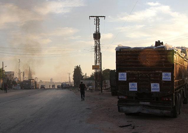 Fumaça sobe à distância do local onde caminhões do comboio humanitário foram danificados, Orum al-Kubraem, Síria, 20 de setembro de 2016