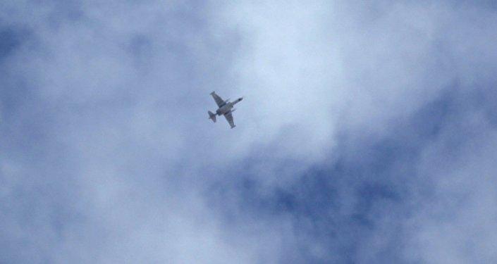 Avião militar que, segundo dizem, pertence às forças russas voa sobre o campo de Idlib, Síria, 2 de outubro de 2015