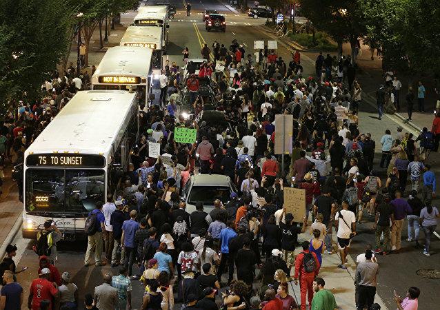 Manifestantes tomam as ruas de Charlotte durante protesto pela morte de Keith Lamont Scott