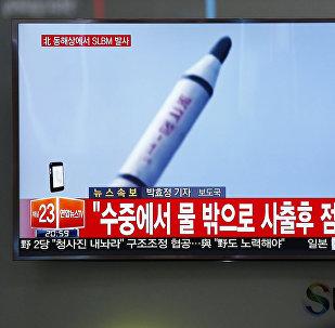 Homem vê programa de TV mostrando imagem de lançamento de míssil feito pela Coreia do Norte
