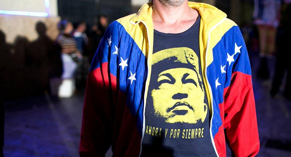 Venezuelano vestido de camiseta com Hugo Chavez