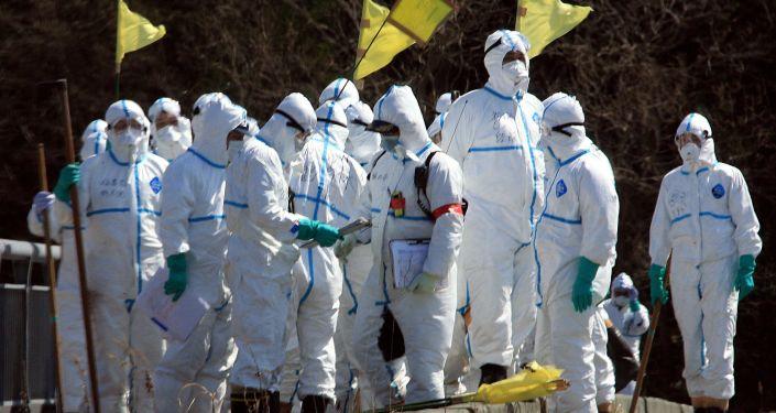 Policiais procuram por desaparecidos em Fukushima