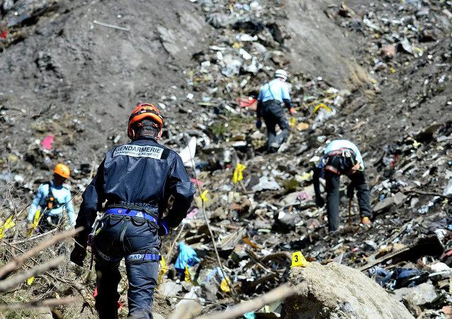 Serviços de resgate trabalham nos Alpes franceses no local da queda do Airbus da Germanwings.