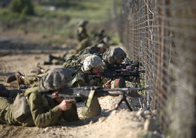 Soldados israelenses monitoram a fronteira Israel–Síria.