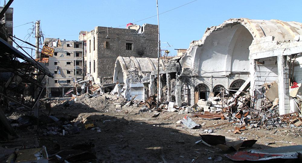 Prédios destruidos após ataque aéreo da coalizão internacional liderada pelos EUA na Síria