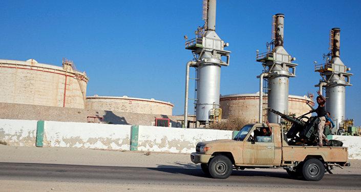 Forças líbias leais ao comandante do leste Khalifa Haftar ao oeste de Benghazi, Líbia
