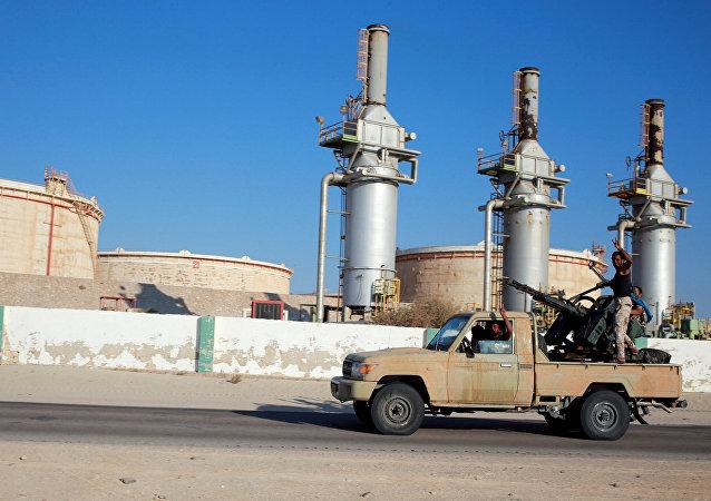 Combatentes leais ao comandante Khalifa Haftar em Zuwetina, na Líbia