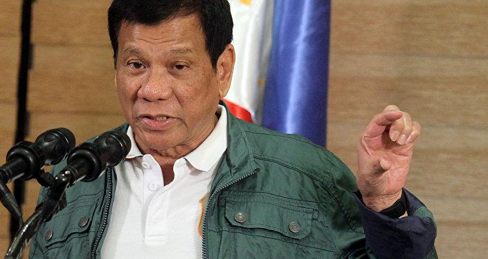 Presidente filipino Rodrigo Duterte proferindo discurso numa conferência de impensa em Davao