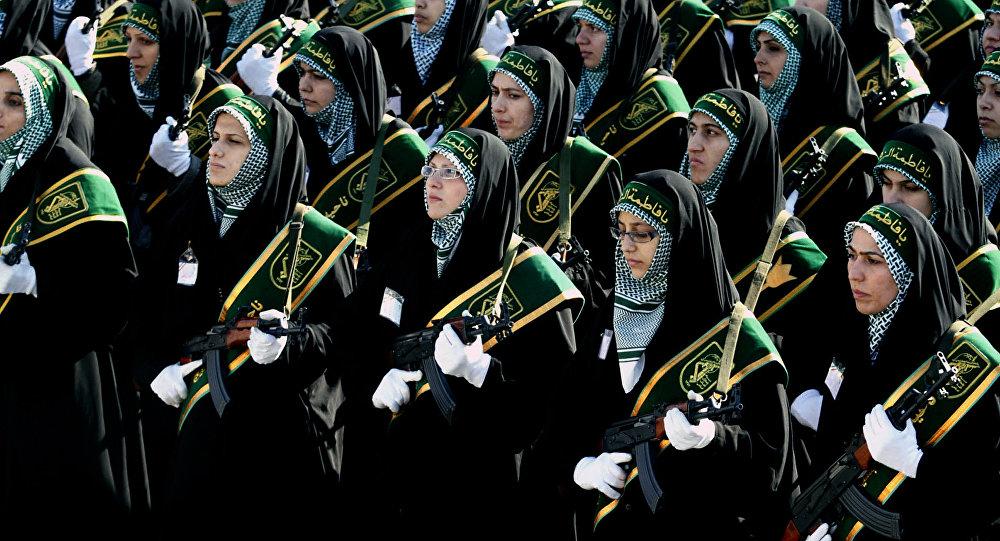 Mulheres do batalhão Ashura da milícia Basij participando de desfile militar do Corpo de Guardiões da Revolução Islâmica, Irã; ano de 2008