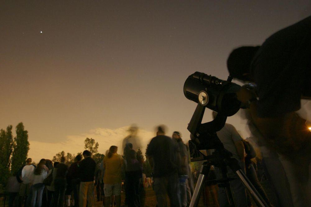 Visitantes do museu Autry observam Marte a partir de Los Angeles (EUA)