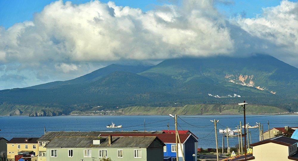 Volcão Mendeleev na ilha de Kunashir perto da povoação de Yuzhno-Kurilsk, Ilhas Curilas, Rússia