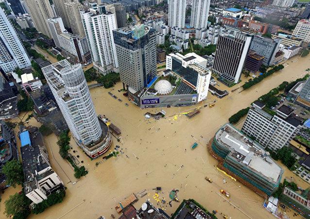 Enchente em Xiamen, na província de Fujian, causada pelo tufão Megi