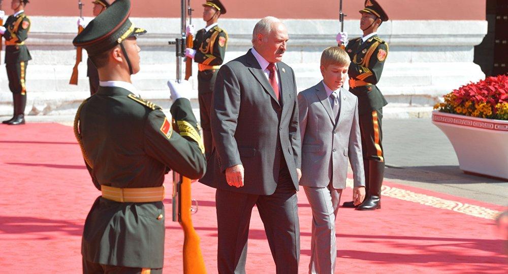 Presidente bielorrusso Aleksandr Lukashenko com o seu filho Nikolai na Parada militar em homenagem ao 70º aniversário da vitória chinesa na guerra contra o Japão, Pequim, China, em setembro de 2015 (foto de arquivo)