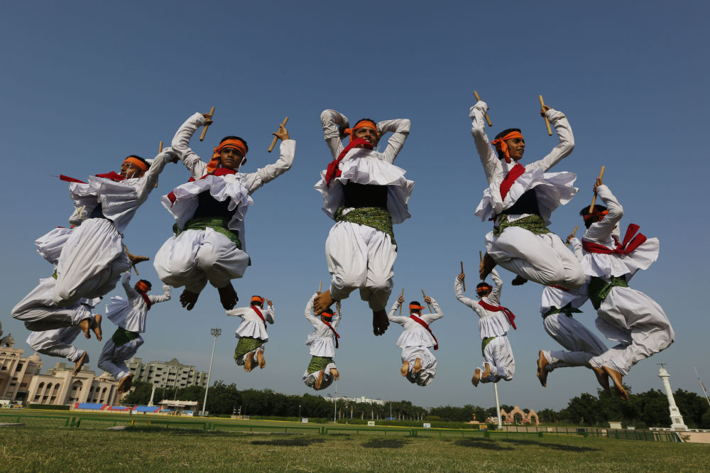 Estudantes indianos da escola de Swaminarayan Gurukul praticando Garba, uma dança profissional, estado de Gujarat, Índia. 25 de setembro de 2016