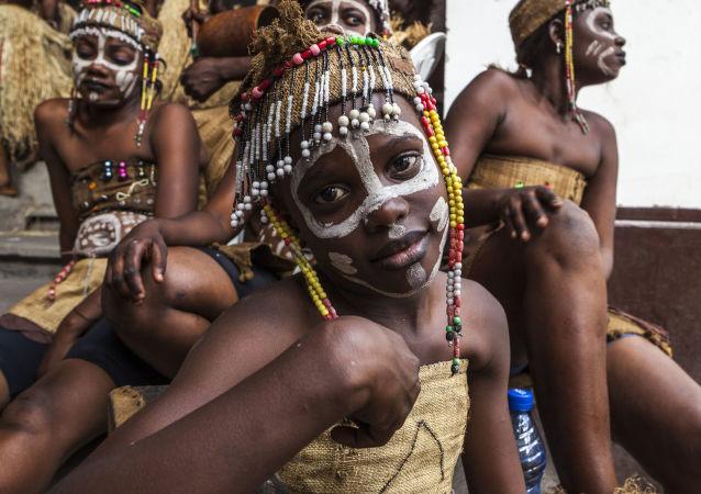 Congoleses vestidos com roupas nacionais antes de sua apresentação no âmbito do projeto Capoeira pela Paz em Kinshasa, República Democrática do Congo. 26 de setembro de 2016