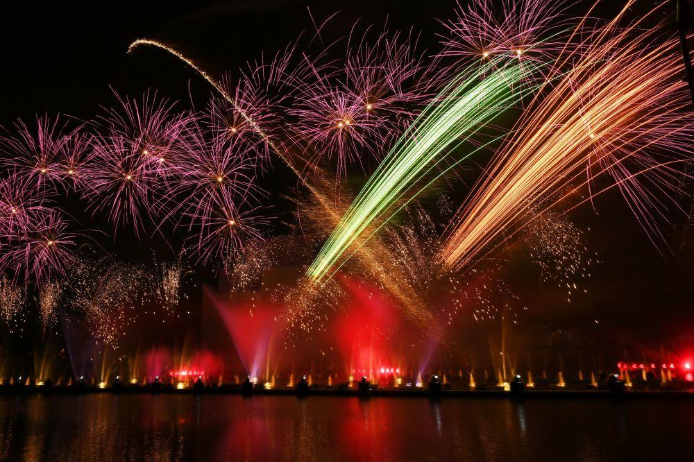Fogos artificiais durante a cerimônia de encerramento de Festival Internacional Círculo de Luz 2016 em Moscou, Rússia. 27 de setembro de 2016