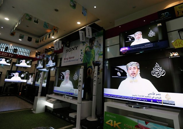 Nasser bin Ali al-Ansi, líder do ramo iemenita da Al Qaeda (AQAP), é exibido na televisão em uma loja de eletrônicos em Sanaa 14 de janeiro de 2015