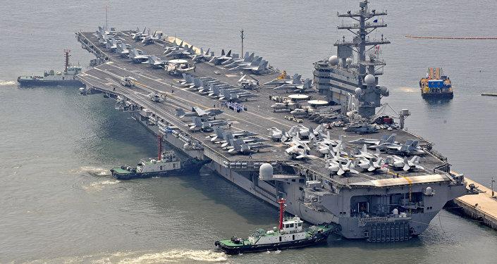 Porta-aviões USS CVN-76 Ronald Reagan que participa de manobras navais