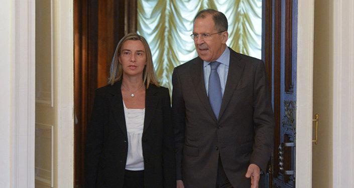 Chefe da diplomacia europeia, Federica Mogherini, com Sergei Lavrov, ministro das Relações Exteriores da Rússia