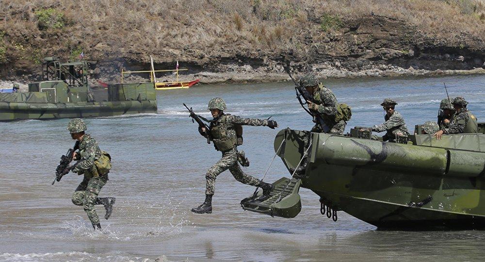 Soldados filipinos durante exercícios navais conjuntos com EUA