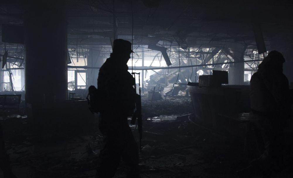Miliciano no aeroporto de Donetsk