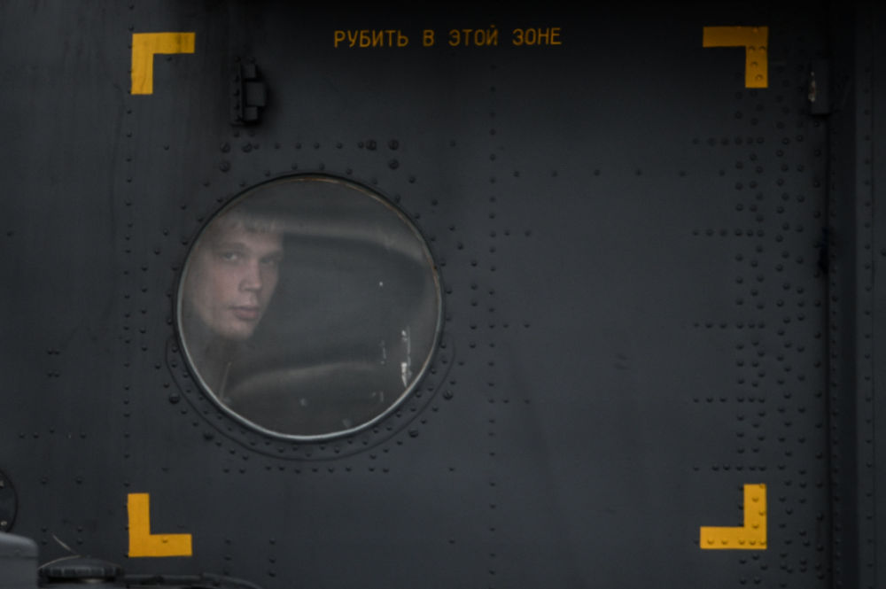 Soldado dentro da cabine do helicótero Mi-8 'Terminator'
